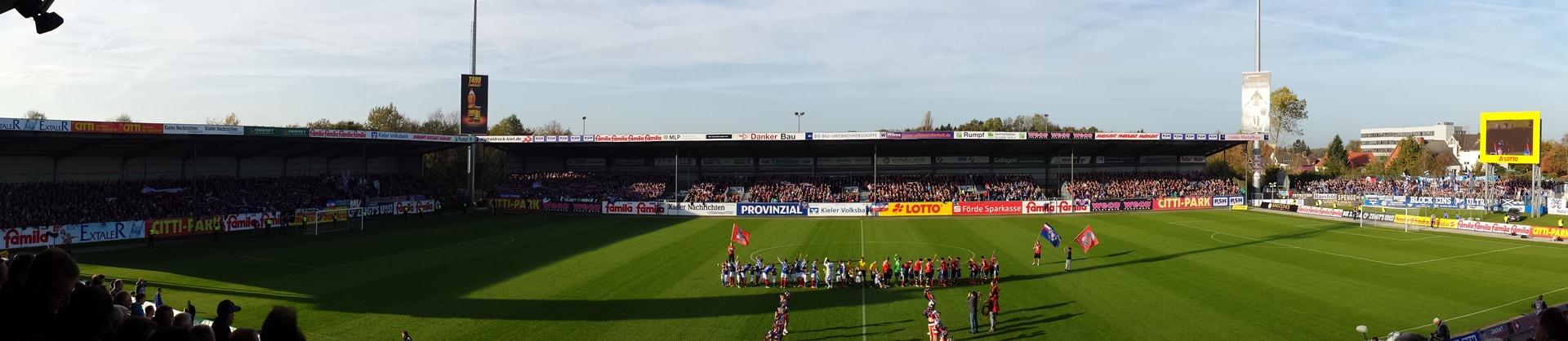 Pyro-Empfang am Holstein-Stadion für erkrankten Kiel-Fan